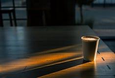 Zonnestralen die meer dan kop van koffie vallen Stock Foto