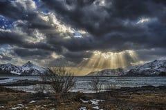 Zonnestralen door wolken Stock Afbeeldingen
