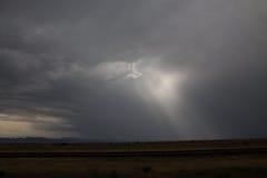 Zonnestralen in een onweer stock afbeeldingen