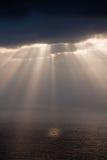 Zonnestralen na regen Stock Afbeeldingen