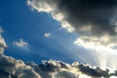 Zonnestralen over wolken, met blauwe ruimte Stock Fotografie
