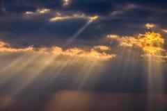 Zonnestralen tussen de wolken Royalty-vrije Stock Afbeeldingen
