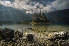 Zonnestralen tussen de wolken voor Zugspitze stock foto's