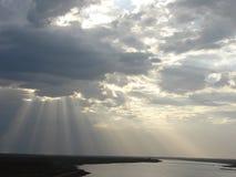 Zonnestralen, Wolken & Rivier Stock Afbeelding
