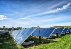 Zonnewater verwarmingssysteem, grote schaal stock afbeelding