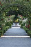 Zonnewijzer in de roze tuin Stock Fotografie