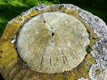 Zonnewijzer met korstmos in kerkhof wordt behandeld dat Royalty-vrije Stock Foto