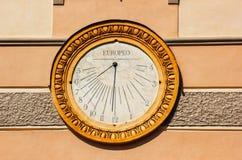 Zonnewijzer in Piazza del Duomo in Amalfi, Italië stock afbeeldingen