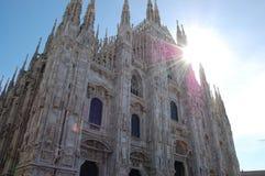 Zonnig beeld van de Kathedraal Duomo in Milaan Stock Afbeelding