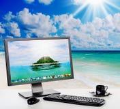 Zonnig helder bureau op het strand Stock Foto's