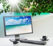 Zonnig helder bureau op het strand Stock Fotografie
