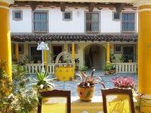 Zonnig hotel in een straat van Tlacotalpan-stad in Midden-Amerika stock foto