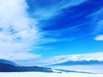 Zonnig ijzig bergenlandschap Stock Afbeeldingen