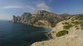 zonnig landschap met rotsen en overzees stock footage