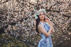 Zonnig, leuk portret van een mooi meisje Royalty-vrije Stock Fotografie