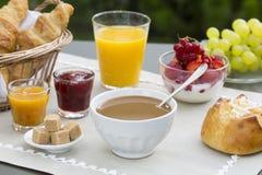 Zonnig ontbijt in tuin Royalty-vrije Stock Afbeeldingen