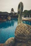 Zonnig openlucht zwembad stock afbeelding