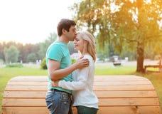 Zonnig paar in liefde in openlucht stock fotografie