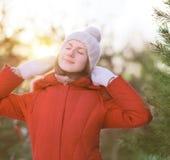 Zonnig portret mooi meisje die de winter van weer genieten Stock Foto's