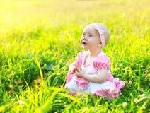 Zonnig portret van leuk kind op het gras in de zomer Stock Foto