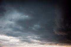 Zonnig schijnsel onder zwarte wolken royalty-vrije stock afbeeldingen