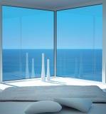 Zonnig slaapkamerbinnenland met zeegezichtmening Stock Foto