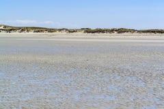 Zonnig strand in Bretagne stock foto's
