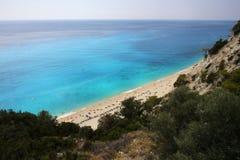Zonnig strand in Griekenland stock afbeelding