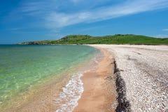 Zonnig strand met duidelijk water Stock Fotografie