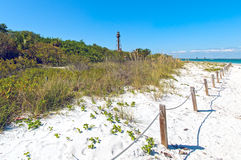Zonnig strand met vuurtoren bij het sanibal eiland van Florida Stock Foto's