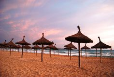 Zonnig strand in zonsondergangmening Stock Foto's