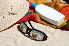 Zonnig tropisch strand royalty-vrije stock foto's