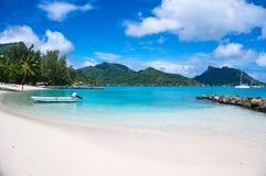 Zonnig tropisch wit zandig strand van Franse Polynesia Stock Fotografie