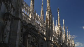 Zonnig van de duomokathedraal van dagmilaan van de het dakdecoratie blauw de hemelpanorama 4k Italië stock video