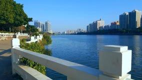 Zonnig weer om het landschap aan beide kanten van Dongjiang-Rivier te zien stock fotografie