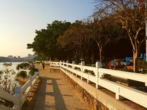 Zonnig weer om het landschap aan beide kanten van Dongjiang-Rivier te zien royalty-vrije stock foto's