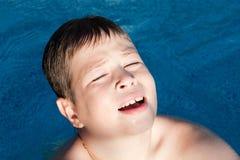 Zonnig weinig jongen het zwemmen Stock Afbeelding