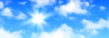 Zonnige achtergrond, blauwe hemel met witte wolken en zon Royalty-vrije Stock Fotografie