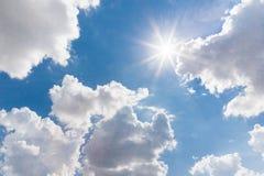 Zonnige achtergrond, blauwe hemel met witte wolken en zon vector illustratie