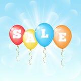 Zonnige achtergrond met kleurenballons met de woordverkoop Stock Foto
