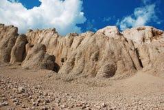 Zonnige bergrotsen met blauwe hemel Stock Foto