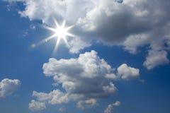 Zonnige Blauwe hemel stock afbeeldingen
