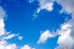 Zonnige Blauwe hemel Stock Fotografie
