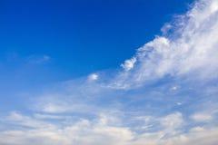 Zonnige blauwe hemel met witte wolken Stock Fotografie