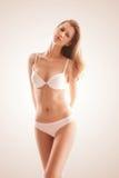 Zonnige blonde vrouw in wit ondergoed Stock Foto