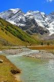 Zonnige dag in bergen royalty-vrije stock afbeeldingen