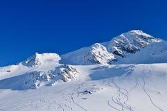 Zonnige dag in bergen na grote freeride Royalty-vrije Stock Afbeeldingen