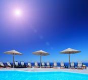 Zonnige dag door een pool met mening bij een open zee Royalty-vrije Stock Foto's