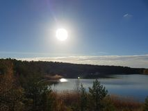 Zonnige dag door het meer stock foto