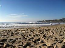 Zonnige dag en duidelijke de surfer van het zandgolven van het hemelstrand het surfen branding Royalty-vrije Stock Foto's